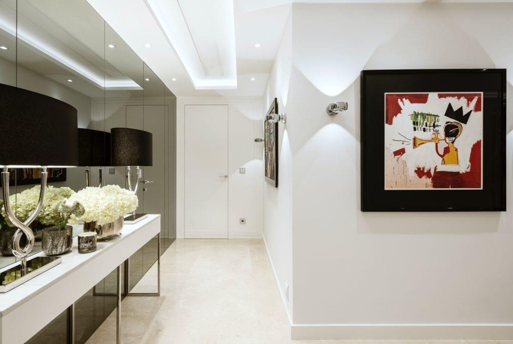 Warszawski apartament projektu pracowni HOLA Design - obraz wiszący na ścianie
