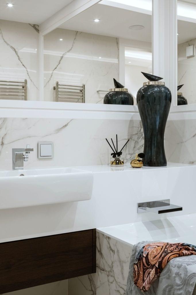 Warszawski apartament projektu pracowni HOLA Design - jasne płytki w łazience