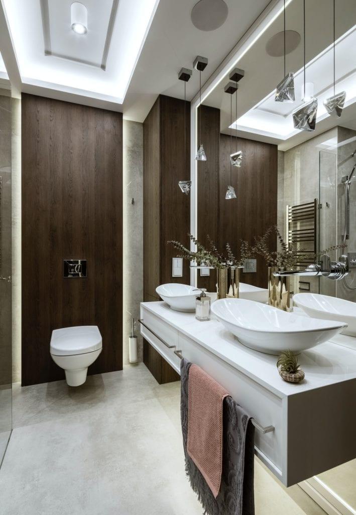 Warszawski apartament projektu pracowni HOLA Design - dwie umywalki w łazience połączonej z toaletą