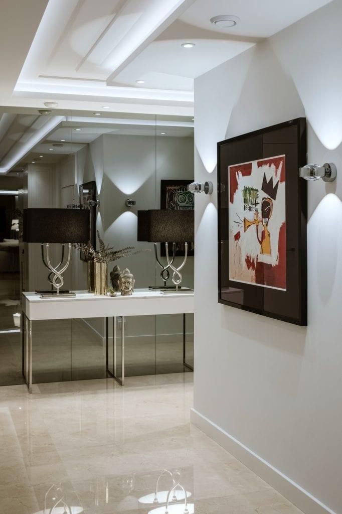 Warszawski apartament projektu pracowni HOLA Design - obraz wiszący na ścianie w holu