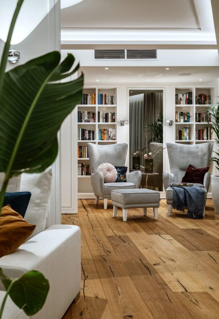 Warszawski apartament projektu pracowni HOLA Design - dwa szare fotele stojące w salonie
