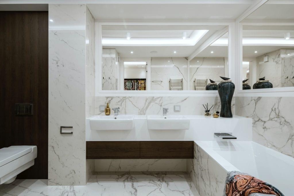 Warszawski apartament projektu pracowni HOLA Design - jasna łazienka z marmurami