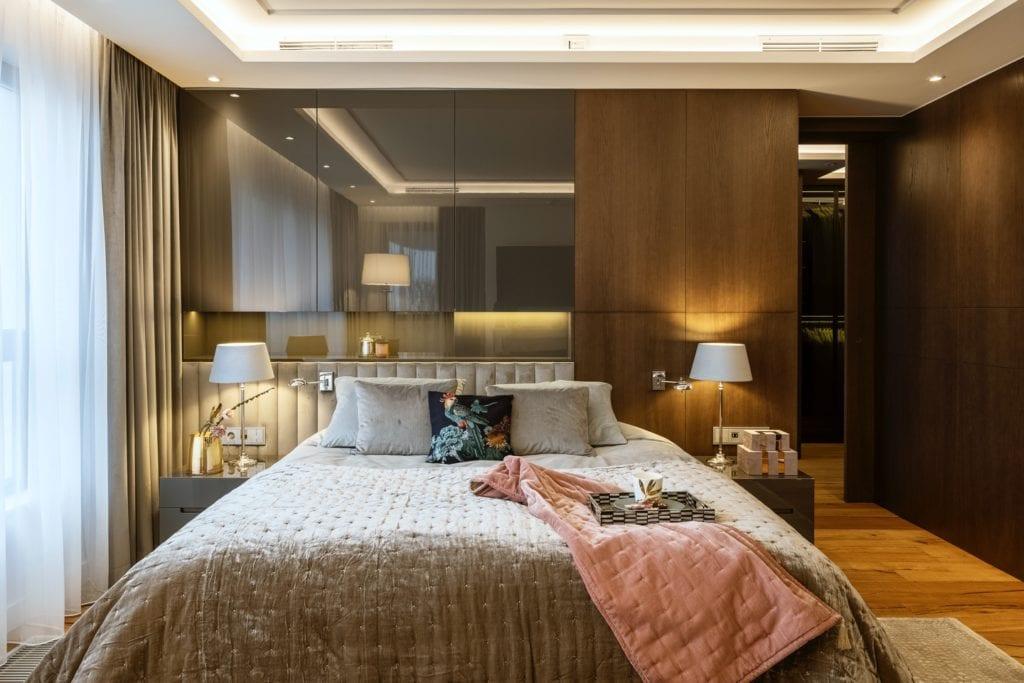 Warszawski apartament projektu pracowni HOLA Design - sypialnia z łóżkiem małżeńskim