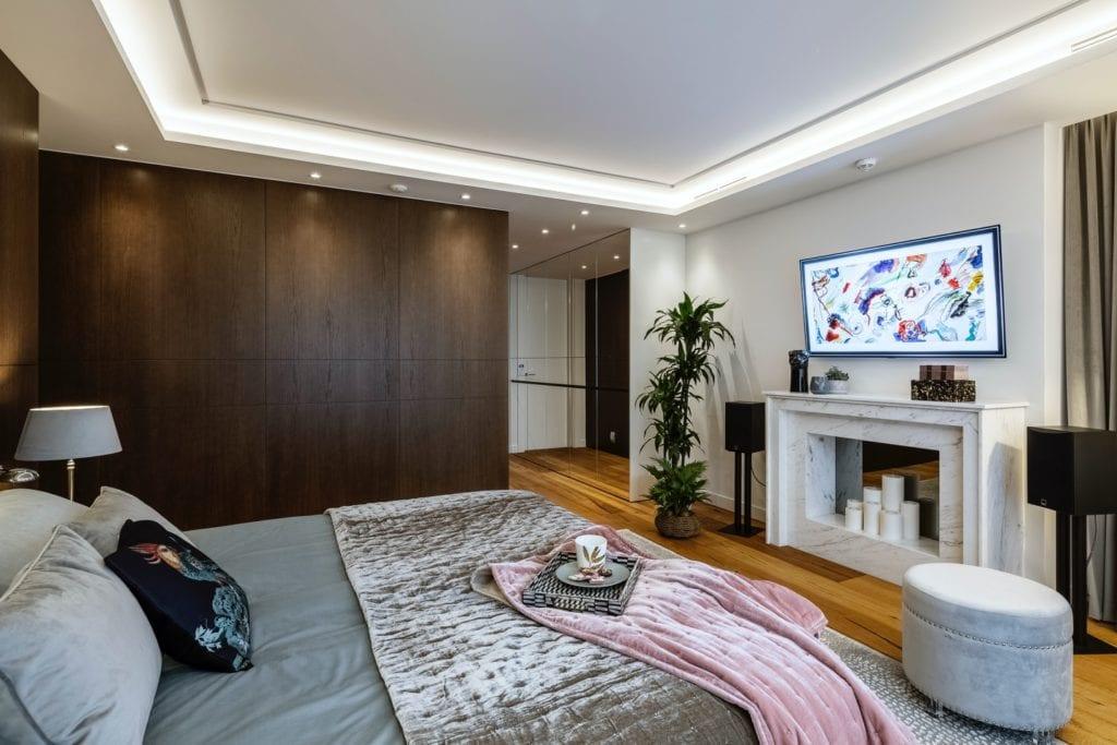 Warszawski apartament projektu pracowni HOLA Design - sypialnia z dużym łóżkiem
