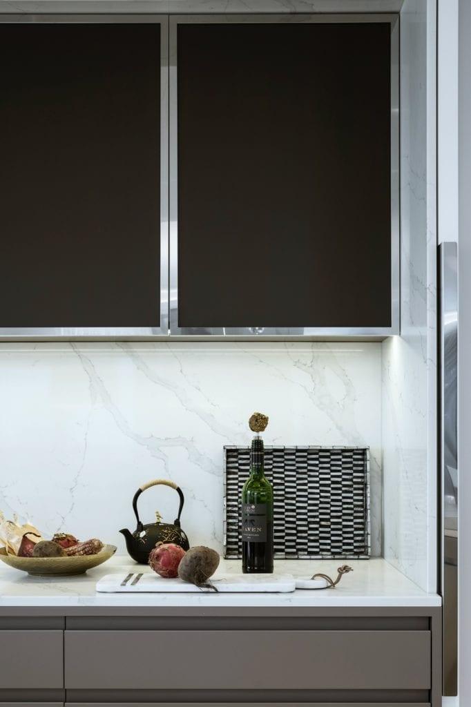 Warszawski apartament projektu pracowni HOLA Design - ciemne meble w jasnej kuchni
