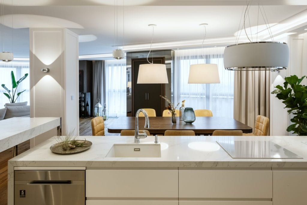 Warszawski apartament projektu pracowni HOLA Design - wyspa kuchenna