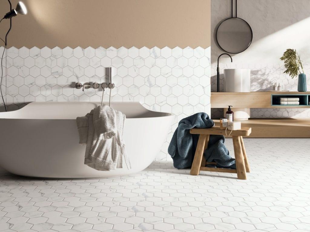 Wzornictwo w stylu cocooning - zaprojektuj dobry nastrój - białe płytki w łazience