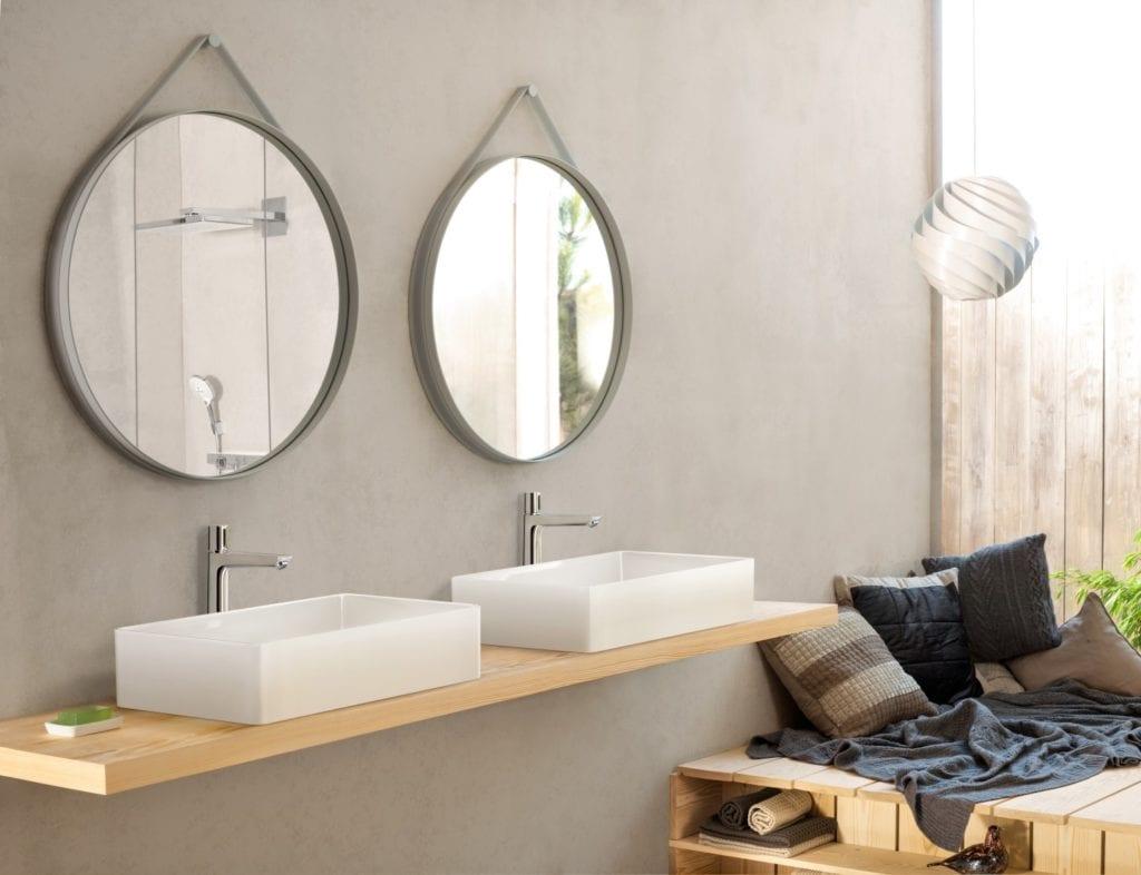 Wzornictwo w stylu cocooning - zaprojektuj dobry nastrój - dwa okrągłe lustra w łazience
