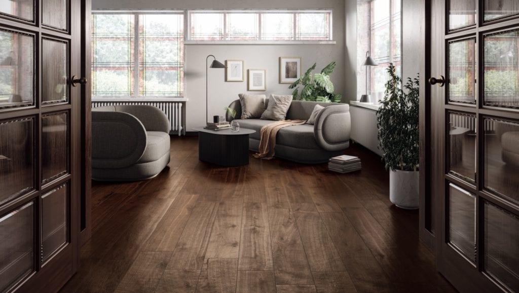 Wzornictwo w stylu cocooning - zaprojektuj dobry nastrój - ceramiczne płytki drewnopodobne w salonie