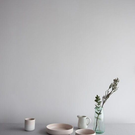 Naczynia od Aoomi Design Studio model Dust w kolorze biało-różowym z ceramiki kamionkowej