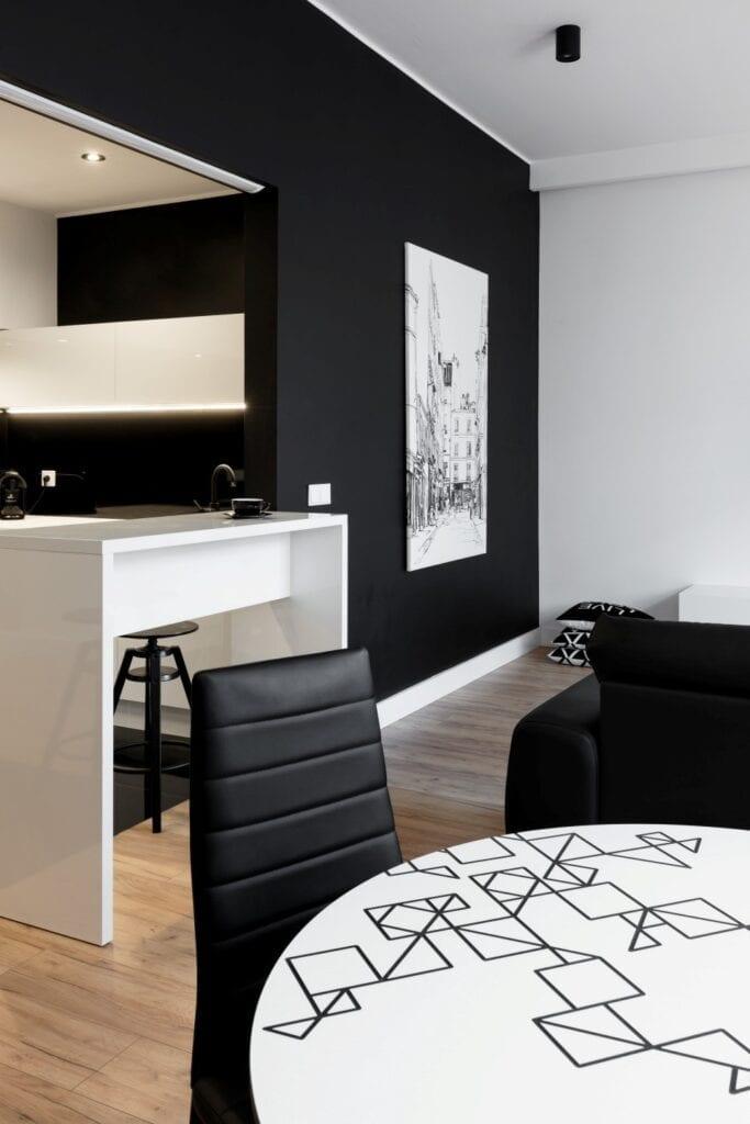 Coś więcej niż… Historia pracowni projektowej 2form - czarna ściana w pokoju