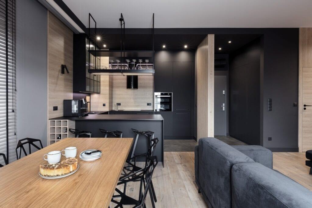 Coś więcej niż… Historia pracowni projektowej 2form - czarna ściana w salonie