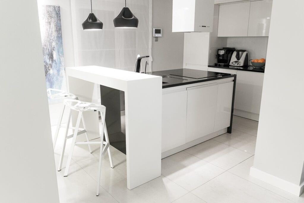 Coś więcej niż… Historia pracowni projektowej 2form - biało-czarna zabudowa w kuchni