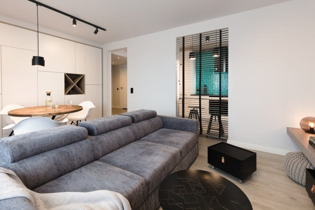 Coś więcej niż… Historia pracowni projektowej 2form - szara sofa w salonie