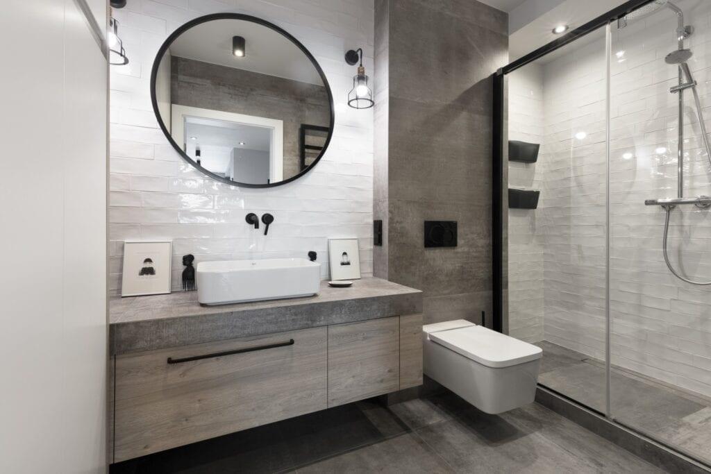 Coś więcej niż… Historia pracowni projektowej 2form - okrągłe lustro w jasnej łazience