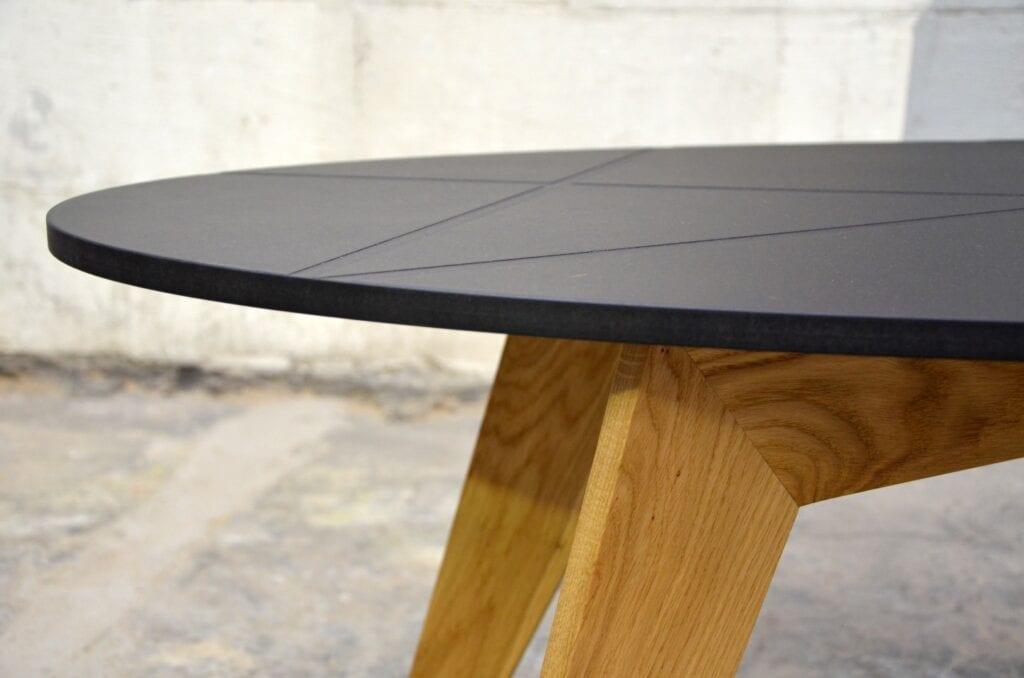 Meble projektu pracowni projektowej 2form - Stół z czarnym blatem