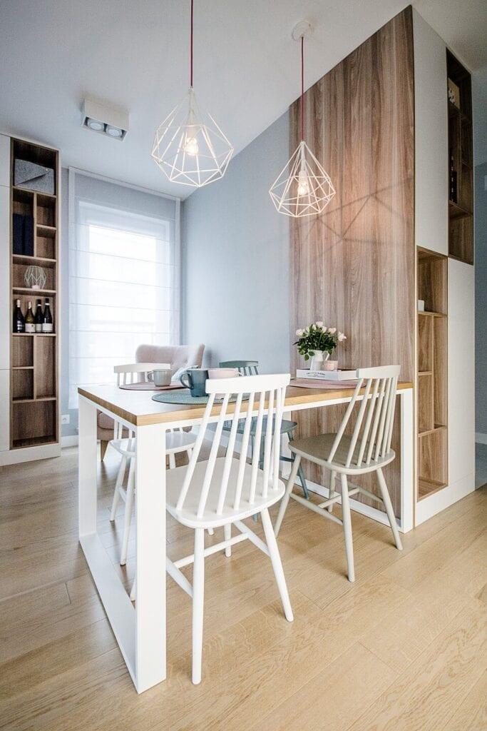 Mieszkanie projektu Design me too - relaks z miętą i różem w tle - stół i zestaw krzeseł w jadalni