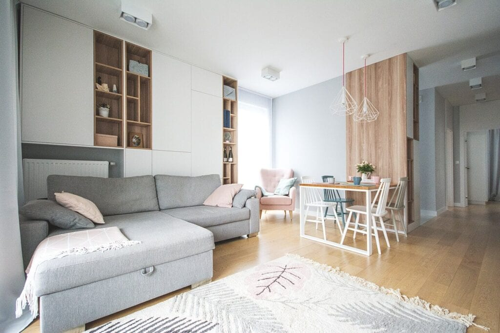 Mieszkanie projektu Design me too - relaks z miętą i różem w tle - salon połączony z jadalnią