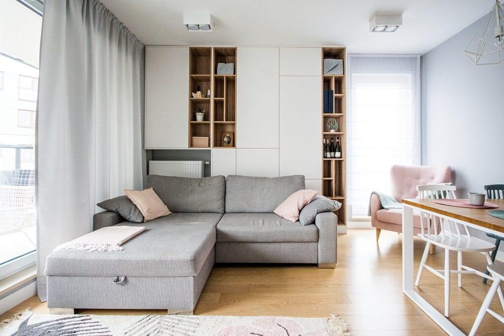 Mieszkanie projektu Design me too - relaks z miętą i różem w tle - szara kanapa w salonie