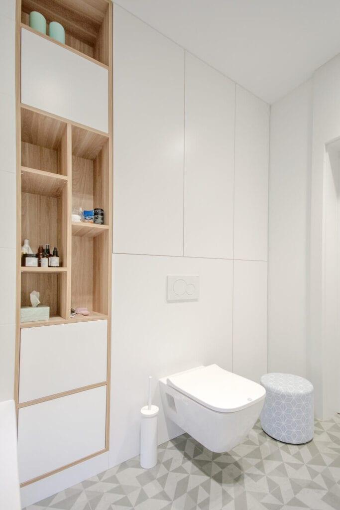 Mieszkanie projektu Design me too - relaks z miętą i różem w tle - Biała toaleta