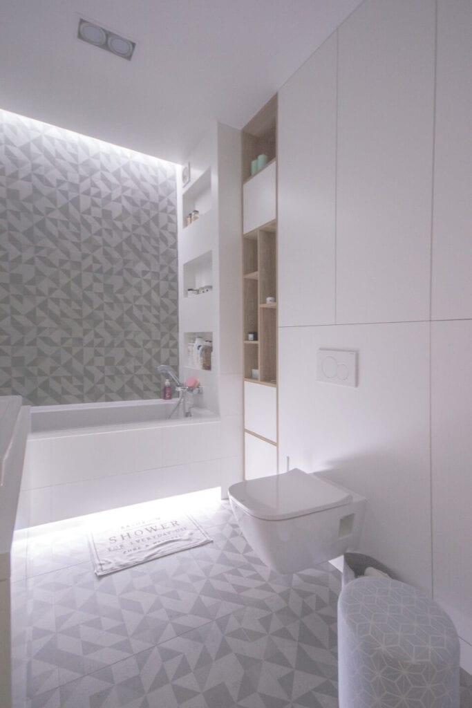 Mieszkanie projektu Design me too - relaks z miętą i różem w tle - biało-szara łazienka