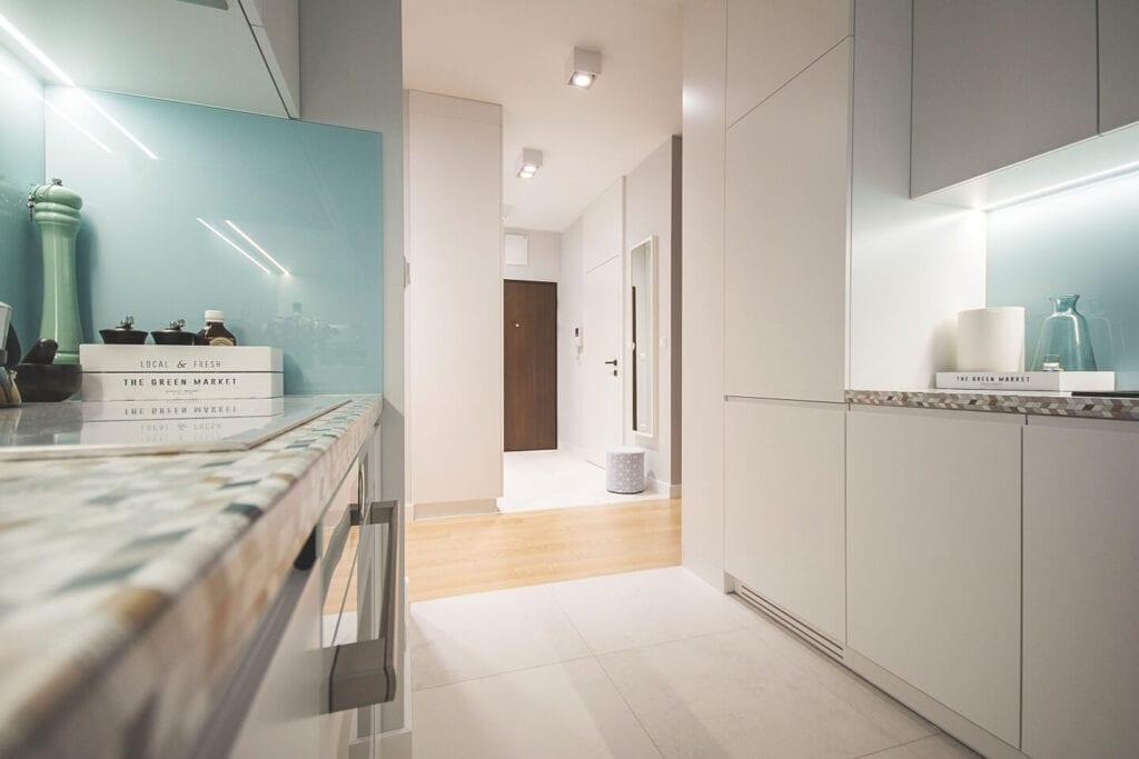 Mieszkanie projektu Design me too - relaks z miętą i różem w tle - jasna kuchnia