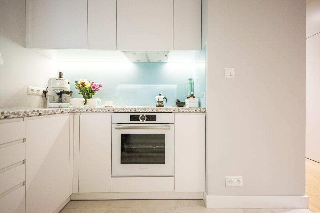 Mieszkanie projektu Design me too - relaks z miętą i różem w tle - biała kuchnia