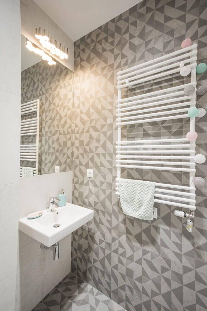 Mieszkanie projektu Design me too - relaks z miętą i różem w tle - Biały kaloryfer w jasnej łazience