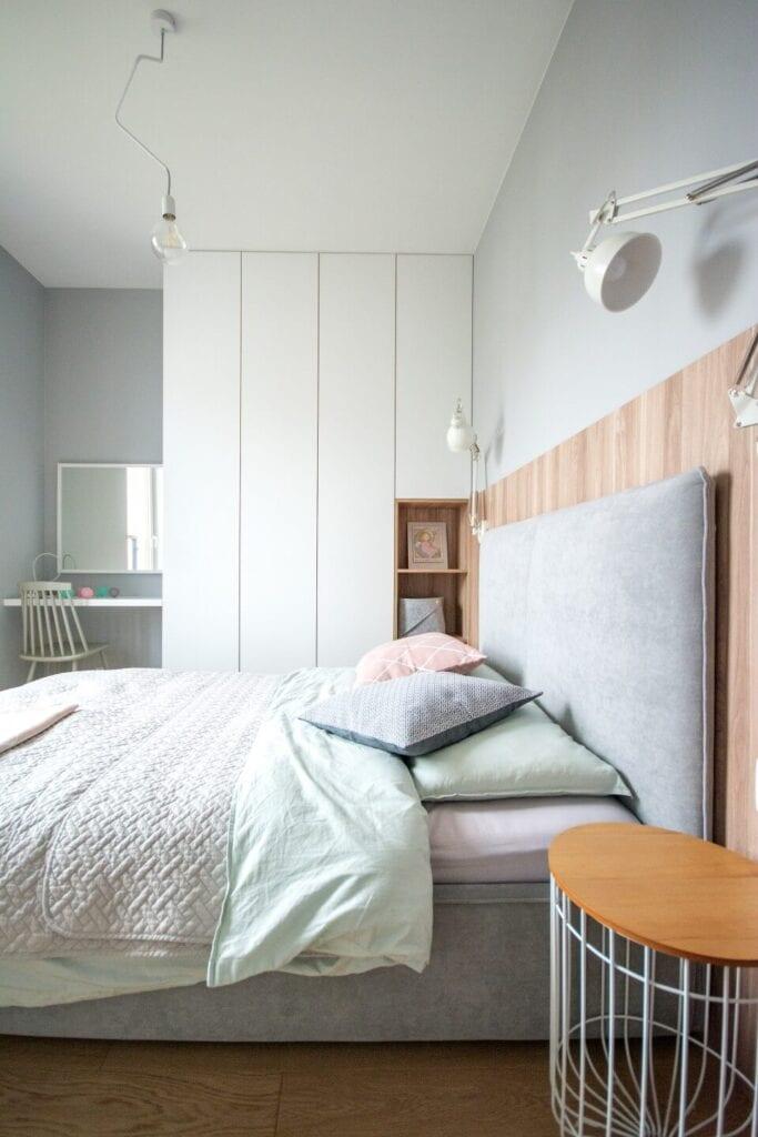 Mieszkanie projektu Design me too - relaks z miętą i różem w tle - Szare łóżko w sypialni