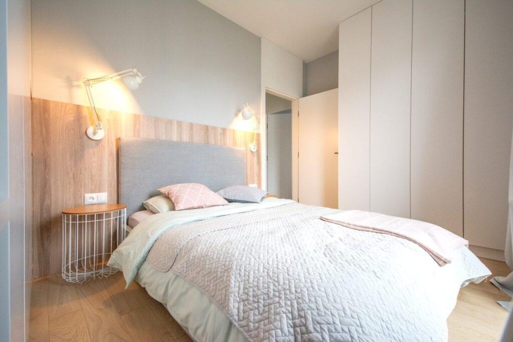 Mieszkanie projektu Design me too - relaks z miętą i różem w tle - łóżko w sypialni