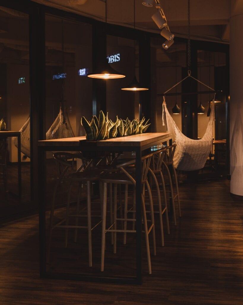 Projekty na zamówienie z manufaktury Wolne Meble - drewniany stół w restauracji