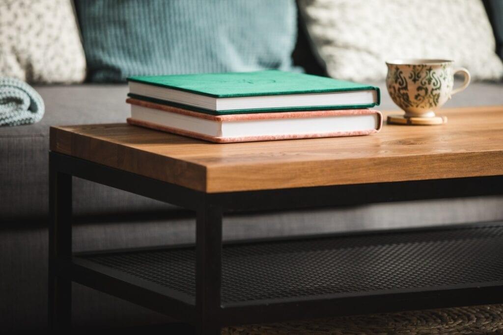 Projekty na zamówienie z manufaktury Wolne Meble - drewniany stolik w salonie