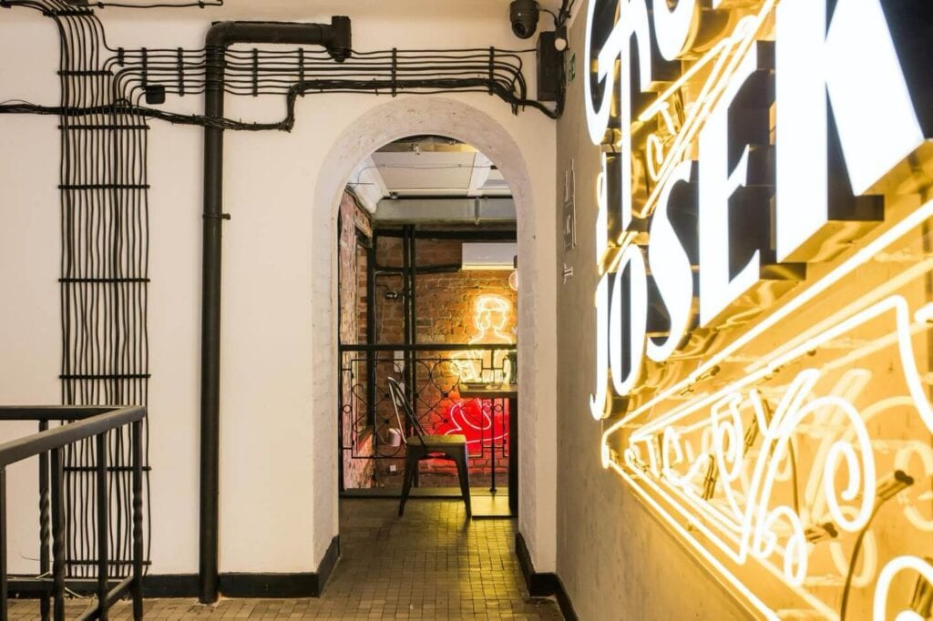 Warszawska restauracja Gruby Josek - miejsce, gdzie bawi się ferajna - projekt pracowni The Space - foto Piotr Czaja