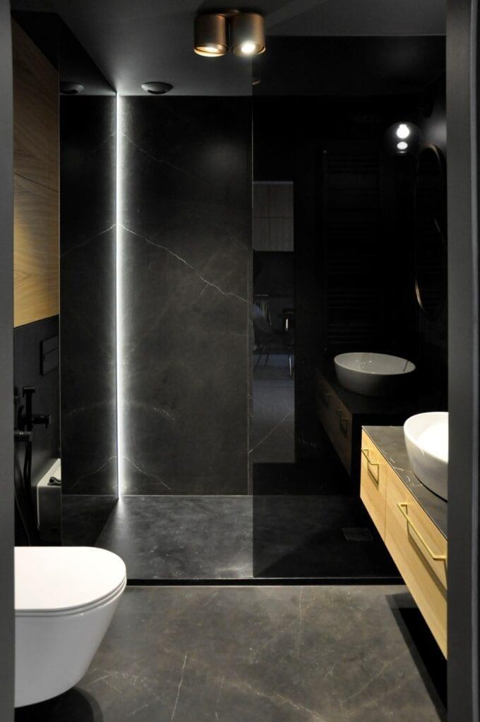 Czarna łazienka w projekcie studia MAUVE