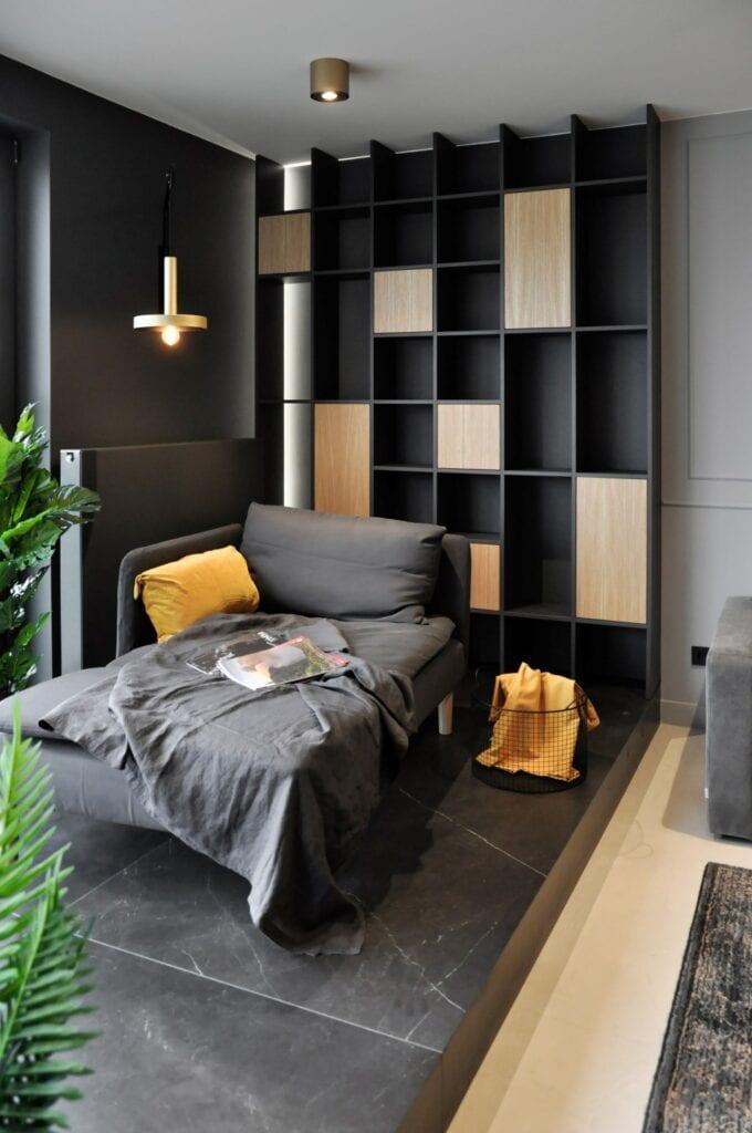 Ciemna sypialnia z dużym łóżkiem w projekcie studia MAUVE