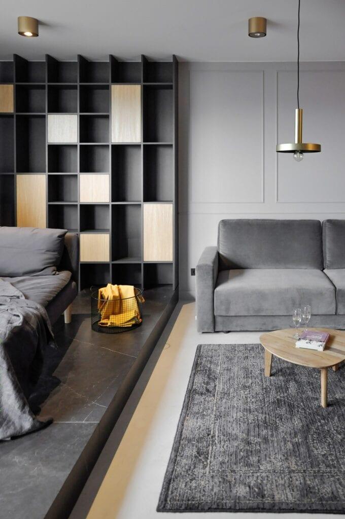 Szara sofa w salonie w projekcie studia MAUVE