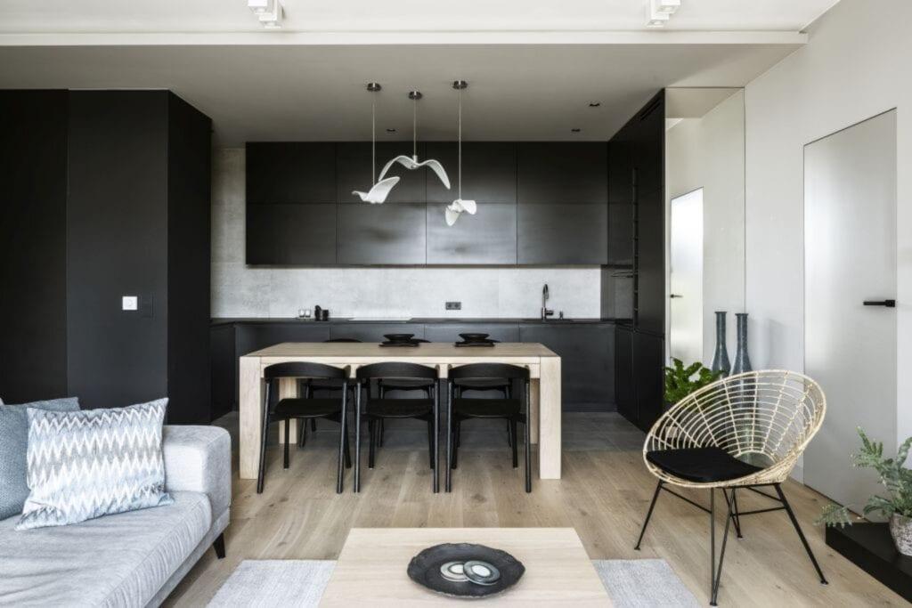 Salon z czarnymi meblami w warszawskim apartamencie zaprojektowanym przez TILLA Architects
