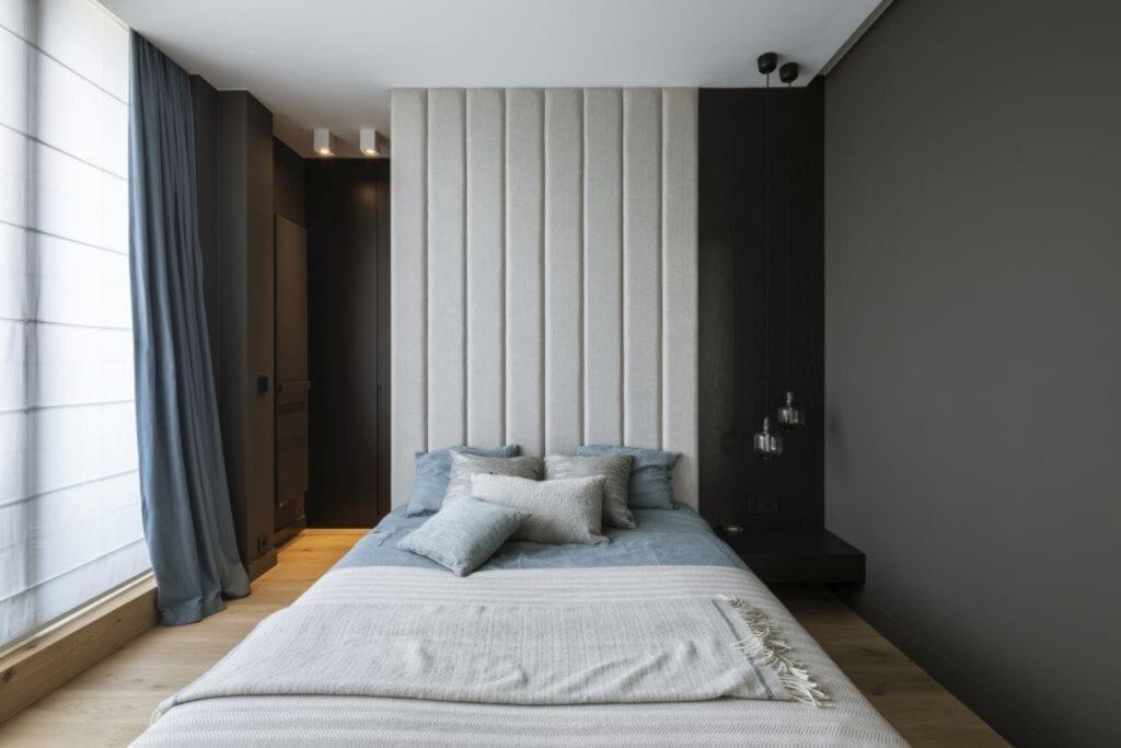 Łóżko w sypialni w warszawskim apartamencie zaprojektowanym przez TILLA Architects