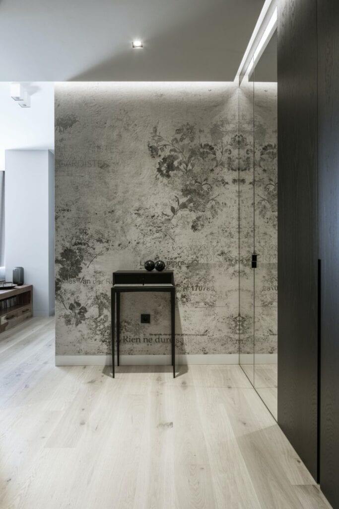 Przestronny hol w warszawskim apartamencie zaprojektowanym przez TILLA Architects