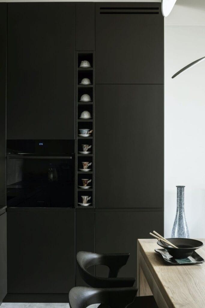 Czarna ściana w warszawskim apartamencie zaprojektowanym przez TILLA Architects
