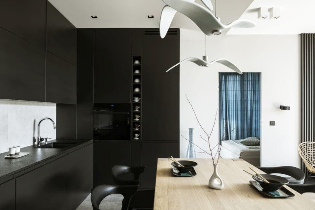 Biało-czarny salon w warszawskim apartamencie zaprojektowanym przez TILLA Architects
