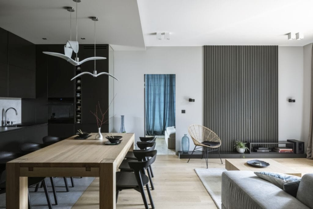 Drewniany stół i komplet krzeseł w warszawskim apartamencie zaprojektowanym przez TILLA Architects