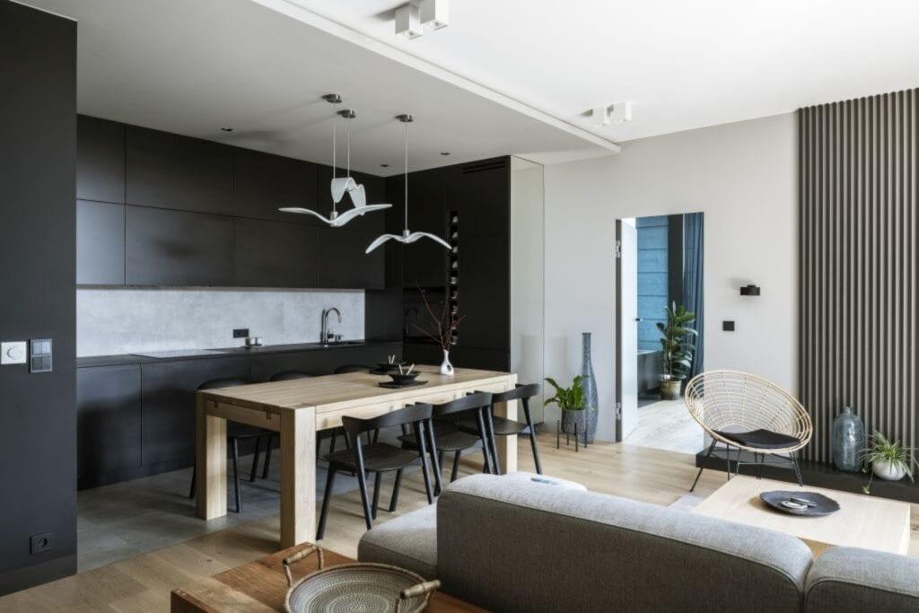 Czarno-biały salon w warszawskim apartamencie zaprojektowanym przez TILLA Architects