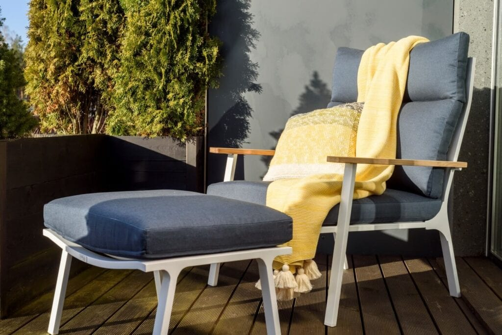 3 mity na temat wyboru mebli na taras i balkon - leżak Sara - Miloo Home