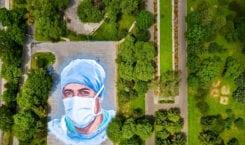 Jorge Rodríguez-Gerada i mural stworzony w hołdzie lekarzom