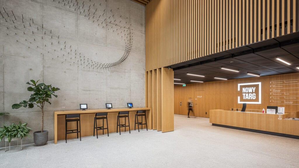 Łukasz Berger i niecodzienna instalacja artystyczna w lobby wrocławskiej inwestycji Skanska – Nowy Targ
