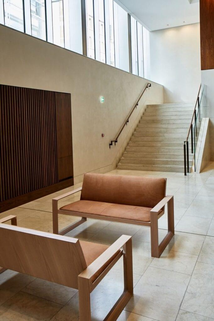 Terence Woodgate i projekt zestawu pięknych kanap do gabinetu Alexa Bearda, dyrektora generalnego Royal Opera House w Londynie