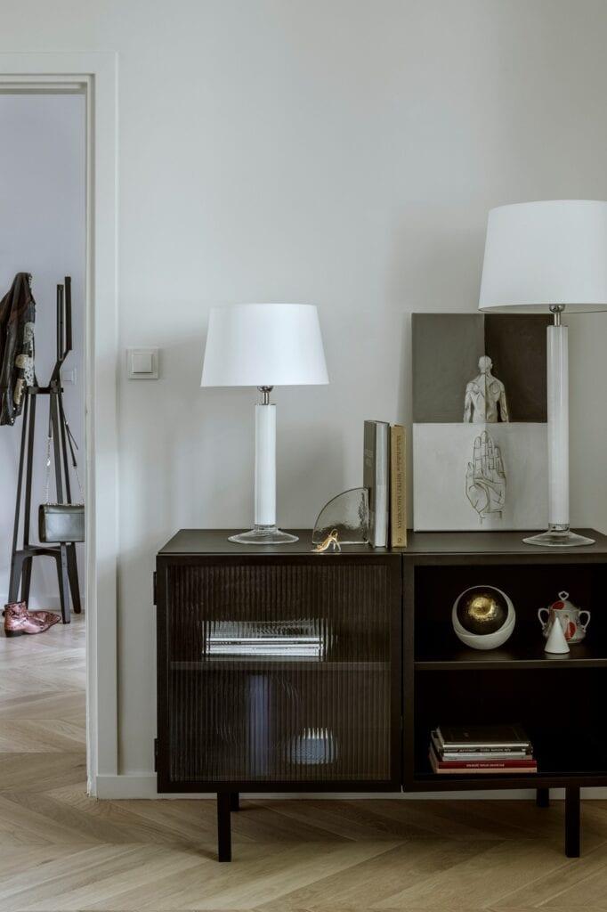 Stalowa komoda Object027 (NG Design), lampy Fjord White oraz Little Fjord White (4concepts), rzeźba oka Okagesama (AINA). W tle: wieszak Pilo (Tfory).