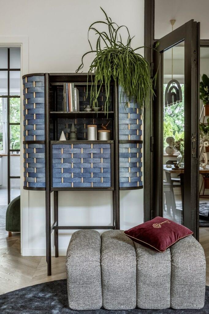 Regał projektu Beza Projekt, wykonany przez Sikorski Supreme Furniture (Splot), podnóżek Wadi projektu Tomka Rygalika (Nobonobo), solniczki i pieprzniczki Cone oraz aluminiowe kontenerki Tuz (Tre Product), poduszka z haftem (Maja Laptos Studio).