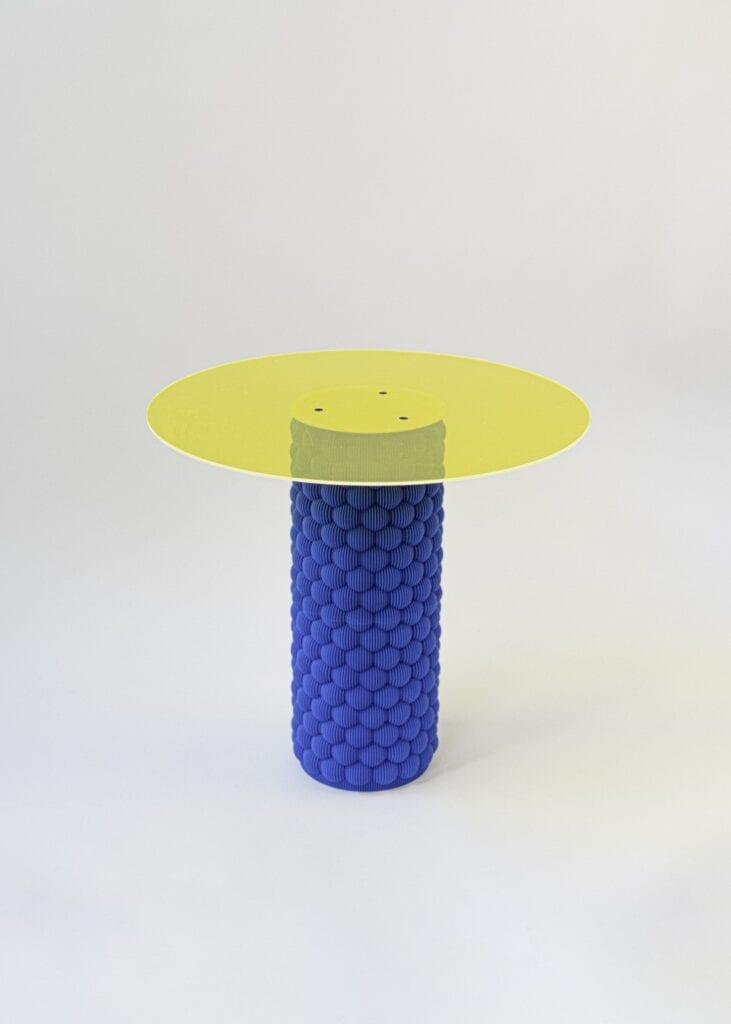 'Stolik z jedna noga z odzysku' z wystawy Wyspa Re, fot. UAU project